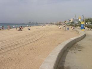 Una platja de Badalona, neta pel dia després de la revetlla.