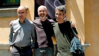 Bill Viola, flanquejat per Manuel Saiz i Toni Serra, ahir a la Rambla de Girona.  JORDI SOLER