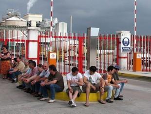 Els treballadors d'Ercros bloquegen els accessos a la fàbrica.  ACN
