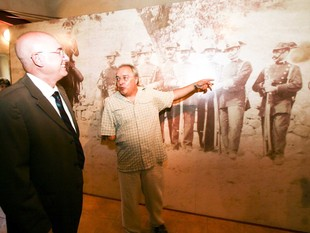 El conseller Joan Manuel Tresserres, en la inauguració de la mostra, dissabte al vespre.  DIMAS BALAGUER