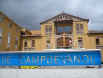 Una imatge de la façana i de l'entrada principal de l'hospital comarcal del Ripollès. J.C