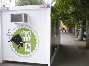 El punt d'informació de la TDT a la plaça Clarà d'Olot.  J.C