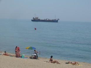 El vaixell que des de fa dies està aparcat davant la platja Palomares de Vilassar de Mar.  E.F