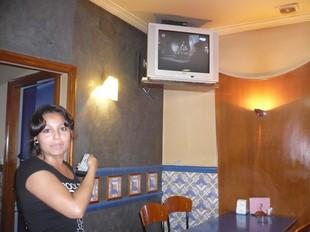 Una treballadora del bar El Punt de Ripoll, comprovant si es veia la tele analògica.  J.C