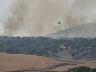 Un helicòpter dels bombers a Oliola, ahir a la tarda.  DAVID MARÍN