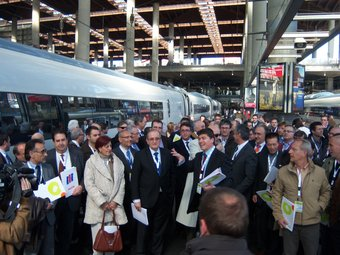 Empresaris catalans, agafant l'AVE el març de 2009 per manifestar-se al Congrés per reclamar solucions als problemes financers de les pimes.  E. BATLLE
