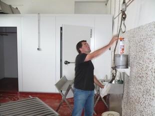Un dels promotors del nou escorxador de caça major de Ribes, a les instal·lacions.  J.C