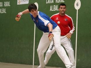 Genovés II colpeja la pilota davant l'atenta mirada d'Alvaro. /  FREDIESPORT