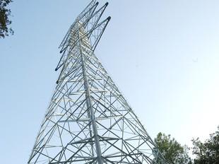 Una de les torres que s'està instal·lant a Vilanna.  LL. SERRAT