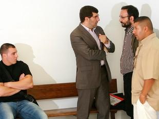 Hammad i Morcillo, amb els seus advocats, ahir el matí, al jutjat .  MANEL LLADÓ
