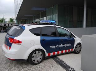 Un vehicle del Mossos sortint ahir dels jutjats de Vilanova.