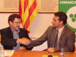 Girona -a l'esquerra- encaixant amb Olivella, el president sortint, aquest dijous.  A.M