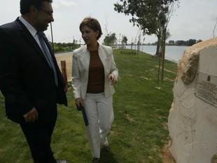 L'alcalde de Deltebre i Espinosa davant la placa inaugural del passeig fluvial.  J.FERNÁNDEZ