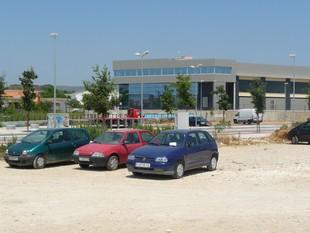 El solar on es construirà el mercat, entre la ronda de la Masia Nova i el carre Roger de Flor, funciona com a aparcament.  M.L