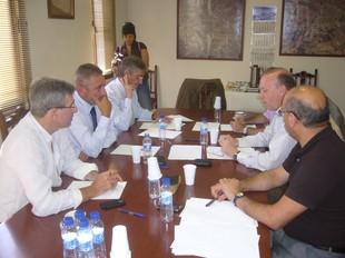 Els membres de la comissió en la reunió d'ahir.  L.M