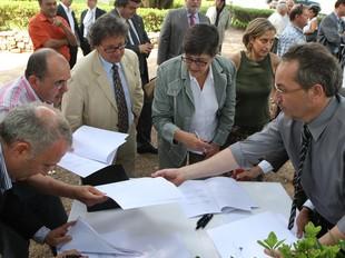Els representants de divuit institucions gironines van signar ahir al migdia la declaració d'Empúries.  LLUÍS SERRAT