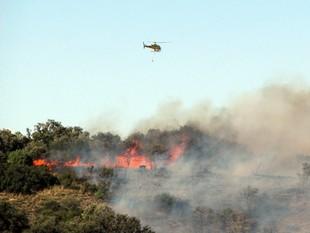 Un helicòpter treballa en l'extinció de l'incendi d'Agramunt, ahir al a tarda.  ORIOL BOSCH / ACN