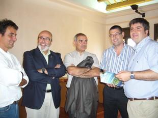 Santos (c) va coincidir amb els alcaldes de Castelló i Sant Pere que s'oposen al pla.  M.V