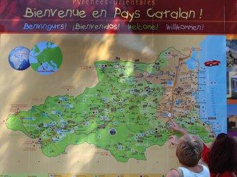 Unes turistes observen un mapa de Catalunya Nord a l'àrea turística del Voló LLUÍS SERRAT