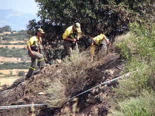 Tres Agents Rurals investigant les causes de l'incendi al lloc on suposadament es va iniciar, a la Donzell d´Urgell.