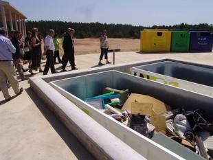 Les autoritats visitant ahir la nova deixalleria comarcal.  O.M