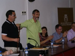 Eduardo Gómez rep la vara d'alcalde de mans de Josep Lluís Valero. /  CEDIDA