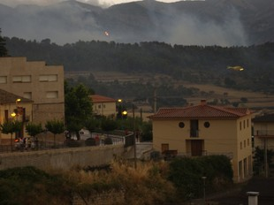 L'incendi, que es situar a 700 metres d'Horta, va omplir de fum i fins i tot cendra els carrers del municipi. /  S.C