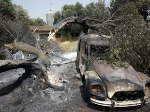 Un cotxe cremat en una finca particular