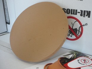 Un dels discos contra els mosquits que es reparteixen.  J.N