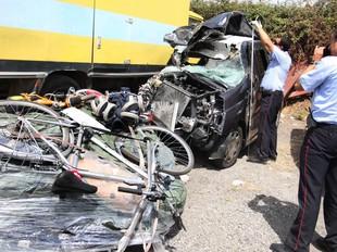 Dilluns, van morir dues persones marroquines en un accident de trànsit a Borrassà. Les víctimes anaven en un monovolum, que estava carregat fins a dalt de tot.  LLUÍS SERRAT