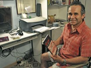 L'escriptor Jordi Cardona amb un exemplar del llibre.