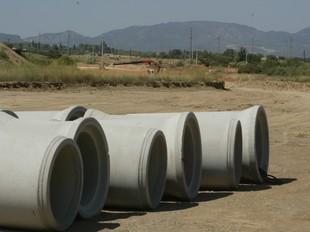 Pilons de formigó, a terra, en el futur tram de l'autovia entre Vilallonga del Camp i el Rourell.  JUDIT FERNÀNDEZ