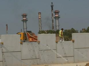 Estructura que aixecarà la rasant de l'autovia a l'alçada de la Pobla i el Morell, amb el polígon químic al fons.  J. FERNÀNDEZ