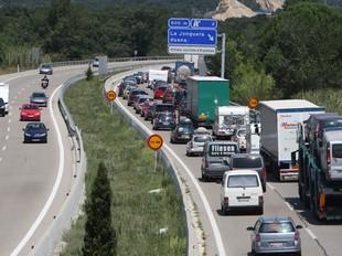 Retencions abans de la sortida de la Jonquera, a l'autopista. LLUÍS SERRAT