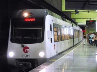 Estació soterrània del Metro de València amb un comboi en direcció a l'Aeroport. /  ARXIU