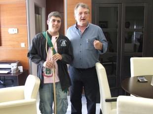 Moment en que l'alcalde entrega a Òscar Martínez la vara com a nou alcalde fester de Calp./  CEDIDA