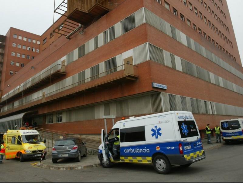 Dues ambulàncies a l'entrada d'urgències de l'hospital Josep Trueta, en una imatge d'arxiu. LLUÍS SERRAT