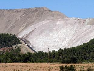 Runam salí de la mina activa de potassa que hi ha al municipi de Sallent.  GABRIEL MASSANA