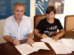Acte de signatura del conveni entre la regidora Rosanna Torres i Joan Orquín. /  CEDIDA
