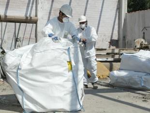 Una imatge de les mesures de protecció preses a l'antiga nau de Marbres Boada de Salt, que contenia amiant.  J.S
