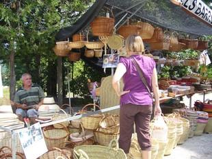 A la fira es podien trobar parades de cistells, fruita i verdura, formatges, artesania de roba, entre d'altres. m.vicente