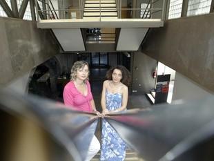 Rosa M. Gil i Gemma Domènech, a la seu del Col·legi d'Arquitectes de Girona, ahir al migdia.  EUDALD PICAS
