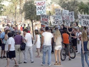 Una protesta dels propietaris del Sun Village. A baix, el fulletó passat als veïns.  E. PICAS
