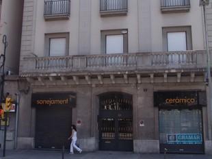 Una de les empreses té un local en aquest edifici del carrer Barcelona de Girona.  M.B