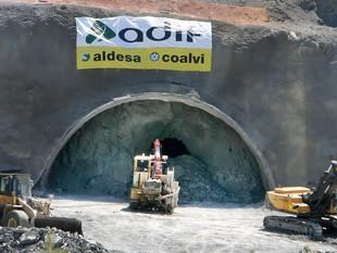 Màquines treballant ahir en una de les boques del túnel de Montagut, a Sant Julià de Ramis.  MANEL LLADÓ
