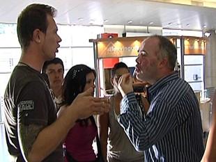 Jordi Cantillo encarant-se amb alguns dels afectats TV3