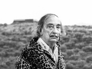 Salvador Dalí passejant, l'any 1975, per Portlligat. / E.S.