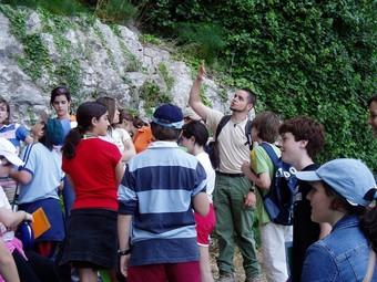 Joves estudiants participen d'una excursió guiada. /  ARXIU