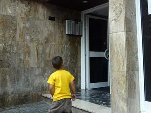 L'entrada de l'edifici on van passar els fets.  ANDREU PUIG