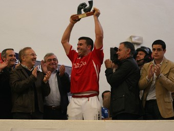 Álvaro alça el trofeu que l'acredita com a nové campió d'escala i corda. /  FFREDIESPORT